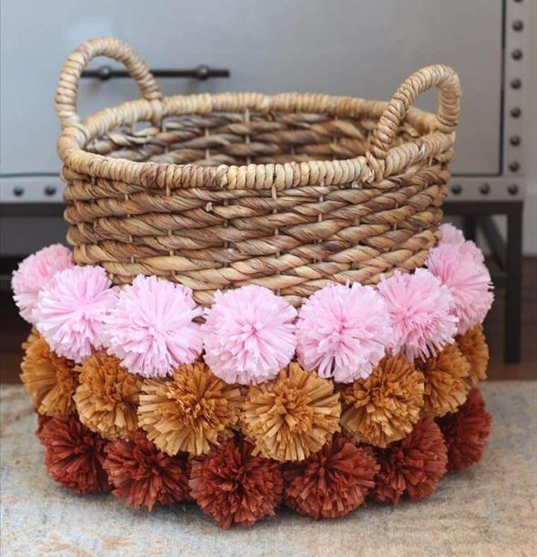 pompones en cesta tejida