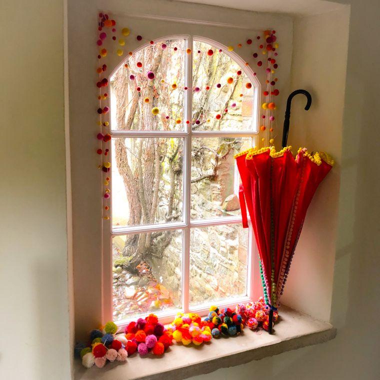 pompones en ventana