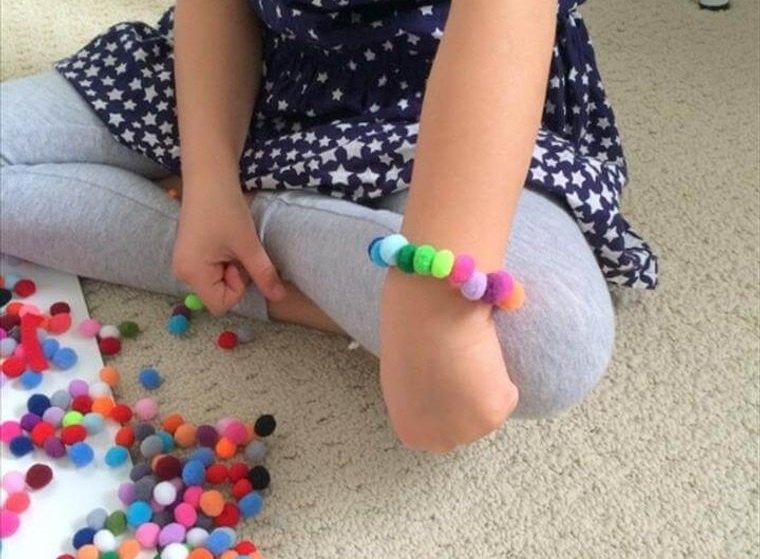 pompones pulsera niña
