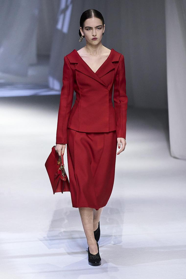 ropa-fendi-disenos-2020-rojo-mujer