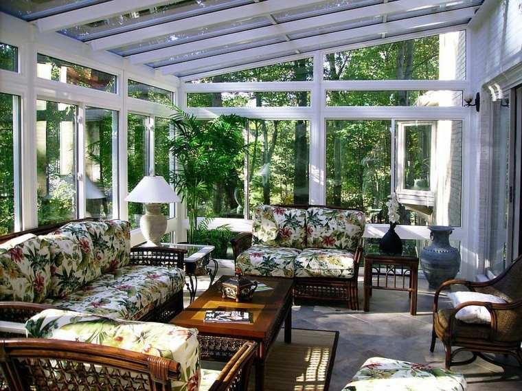 terraza-acristalada-diseno-estampa-tropical