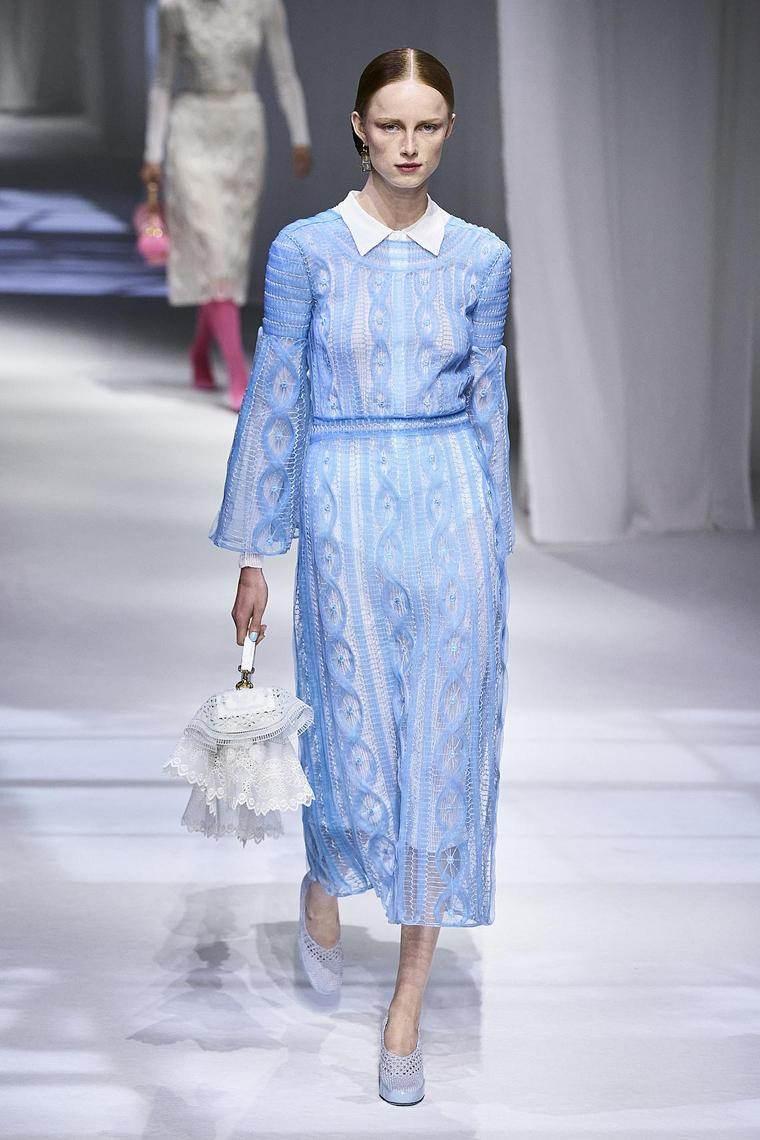 vestido-azul-blanco-diseno-fendi