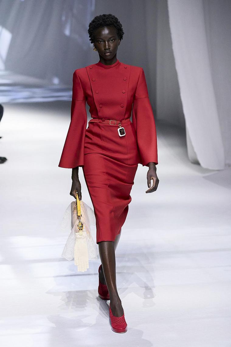 vestido-rojo-ajustado-diseno-fendi