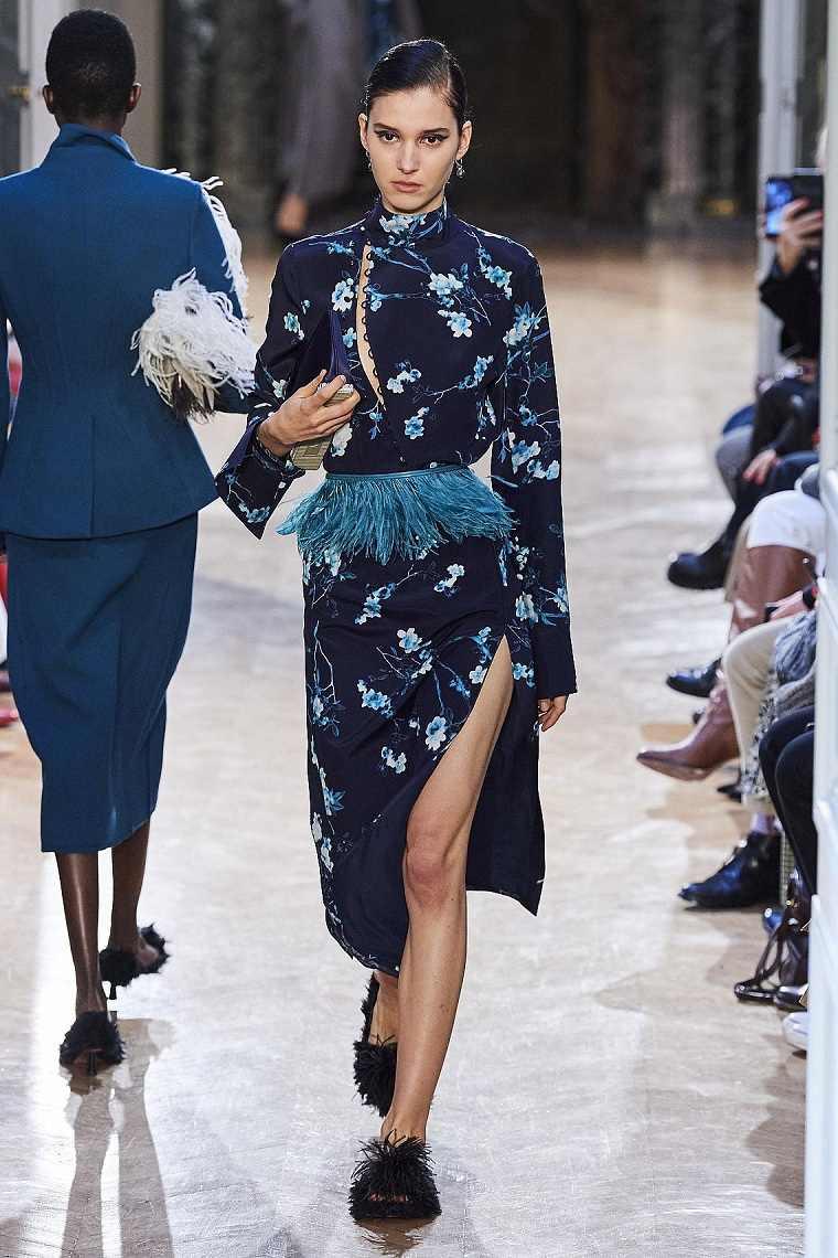 Diseño floral-motivos-florales-vestido-Altuzarra-2020-azul