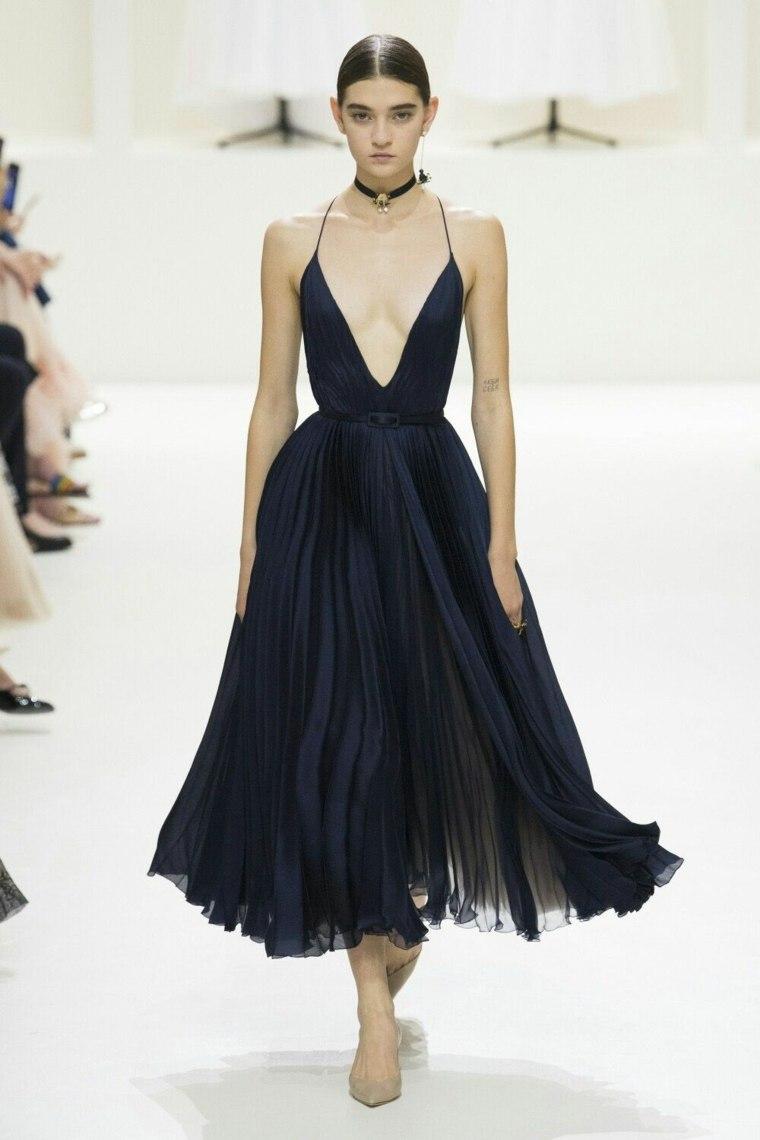 Vestido negro básico-escote=profundo