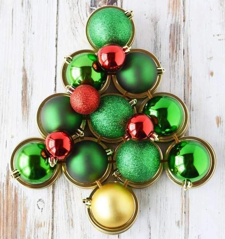 decoración original arbol de bolas navideñas
