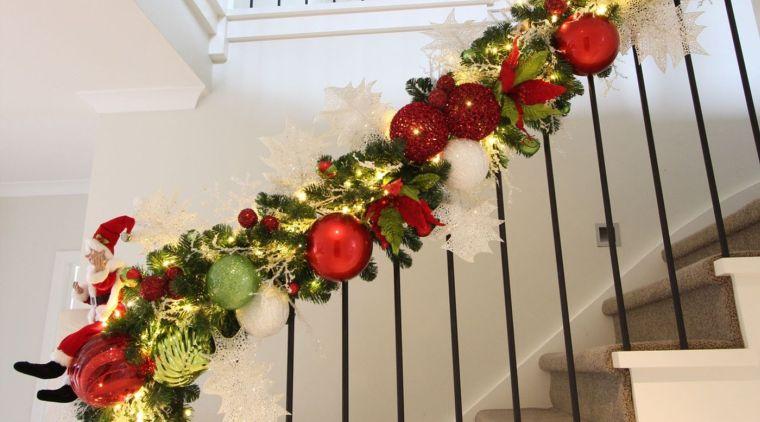 decoración original bolas navideñas barandilla