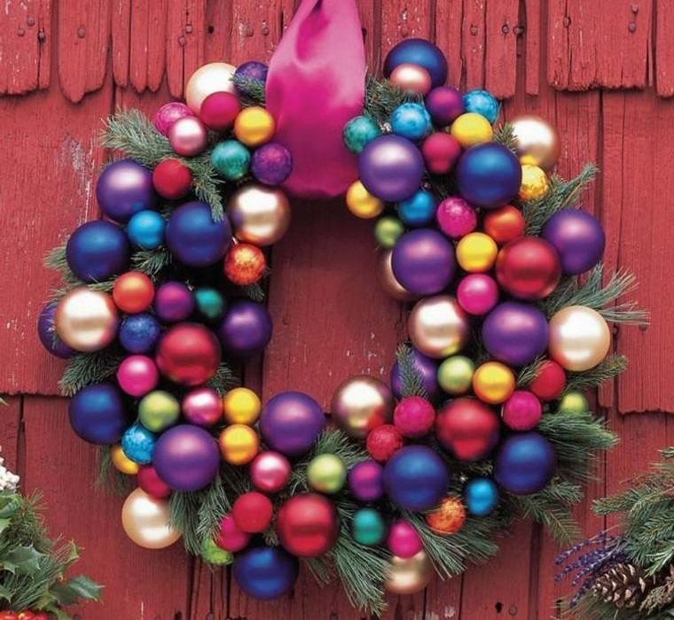 decoración original corona de bolas navideñas