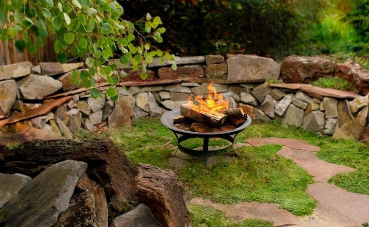 decoración rústica patio asientos de piedra