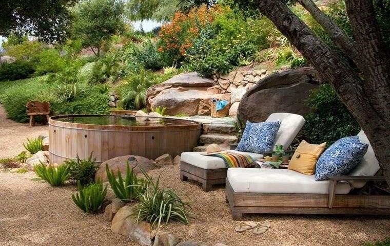 decoración rústica patio con estanque