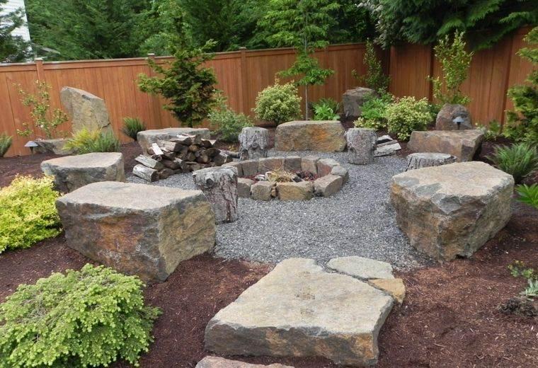 decoración rústica patio con piedra