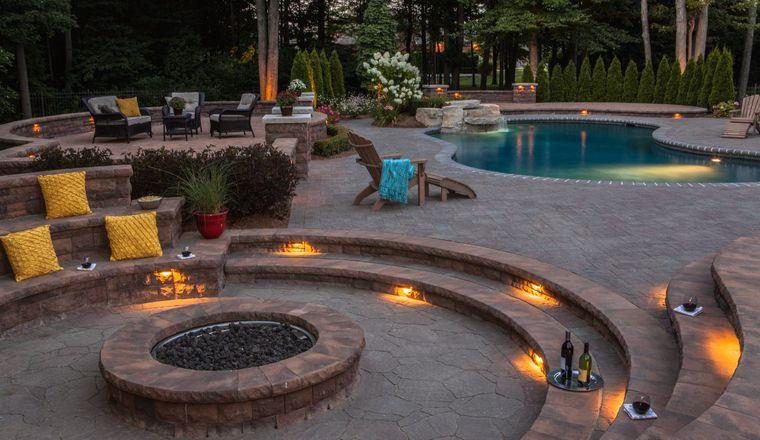 decoración rústica patio con piscina