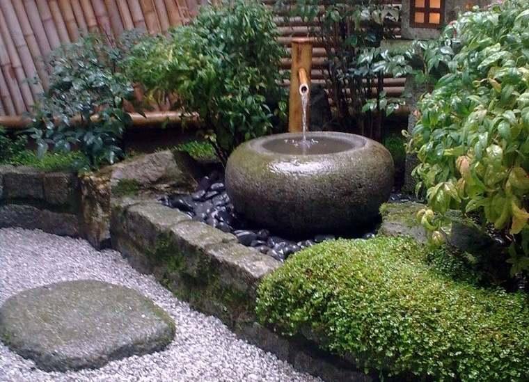 decoración rústica patio pequeña fuente