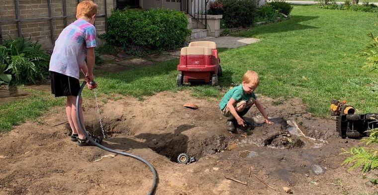 jugar con barro en jardin