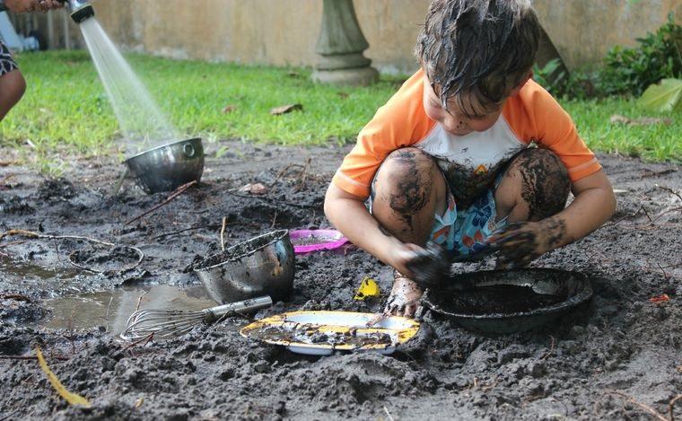 jugar con barro en patio