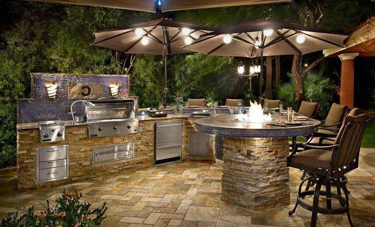 la cocina exterior iluminada