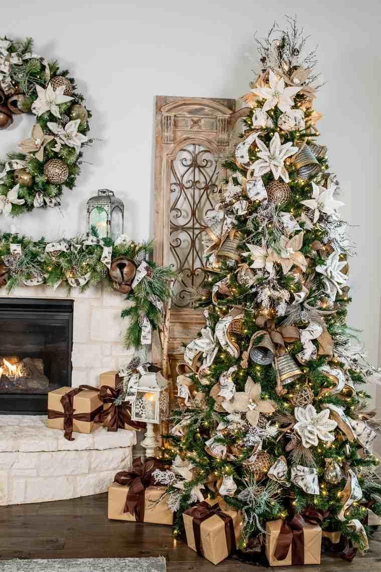 lazoz-decorando-arbol-navideno