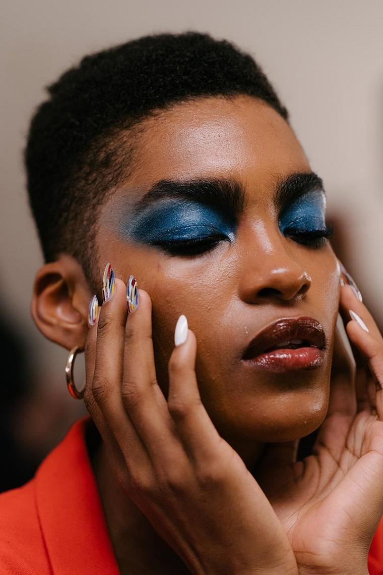 maquillaje-de-nochevieja-2020-azul-oscuro