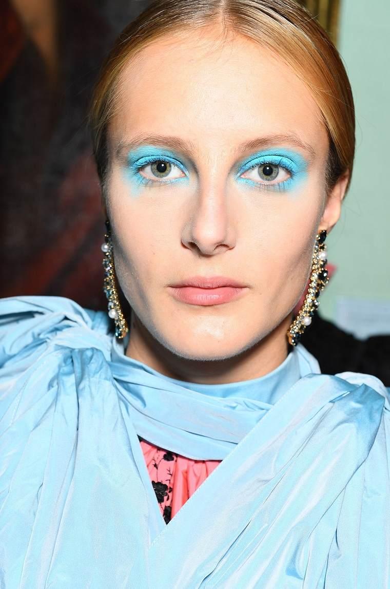 maquillaje-de-nochevieja-2020-color-azul-claro