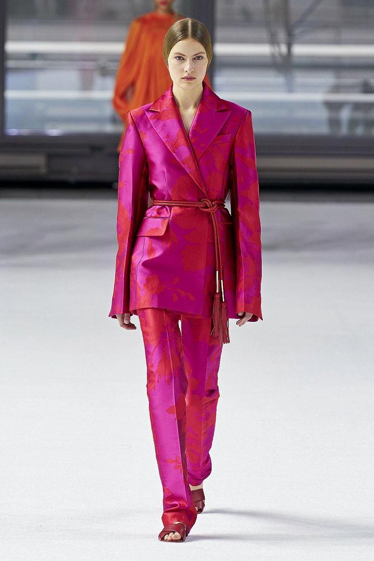 motivos-florales-vestido-Herrera-traje-rosa