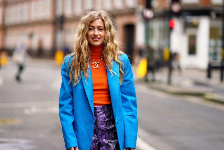 tonos naranja con chaqueta azul