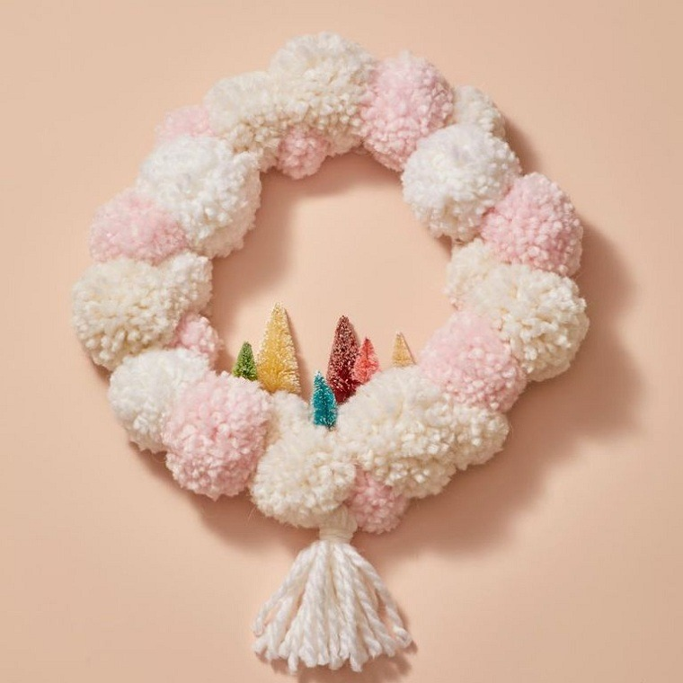 decoraciones-navidenas-para-puertas-pompones