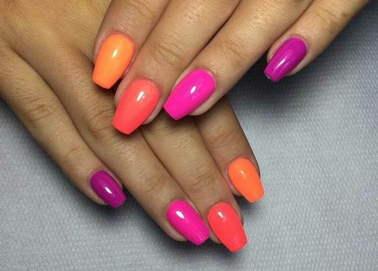 diseño de uñas multicolor 2021