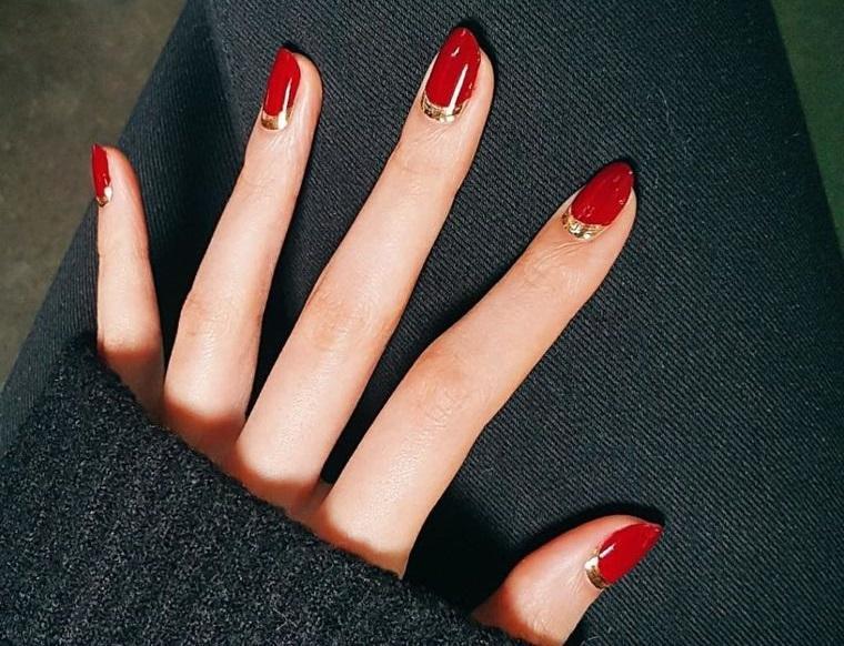 diseño de uñas rojo dorado 2021