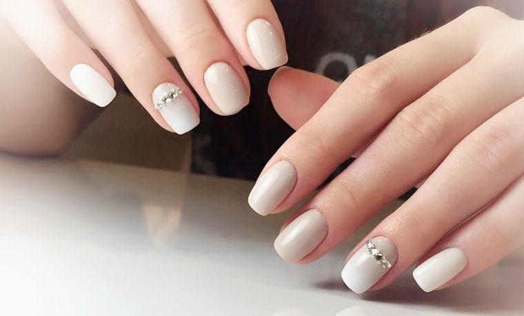 diseño de uñas sencillas brillante 2021