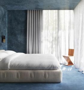 dormitorio-paredes-azules-ventanales-chelsea-hing