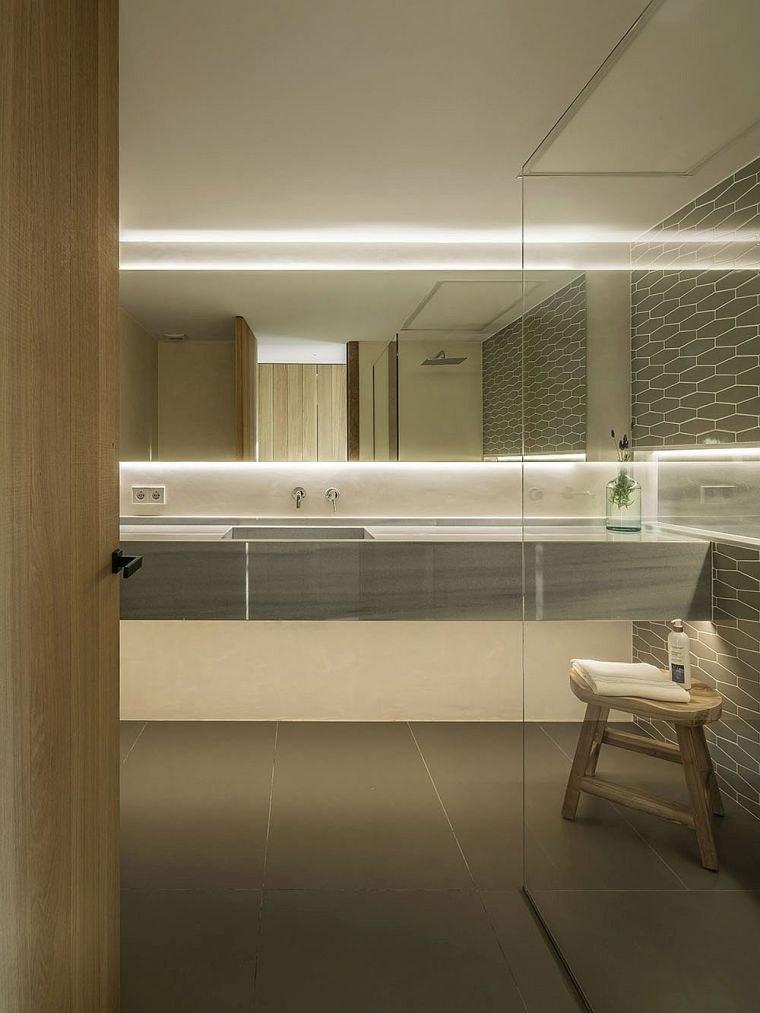 decoración blanco y madera cuarto de baño