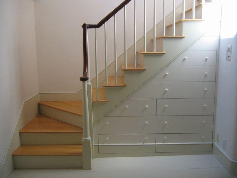 optimizar el espacio debajo escaleras con cajones