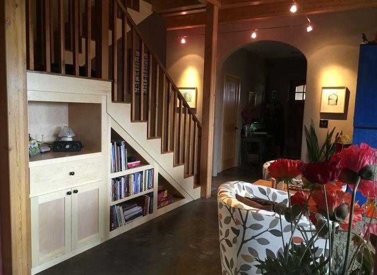 optimizar espacio pequeño debajo escaleras