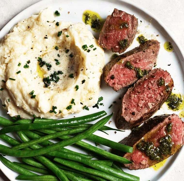 cena san valentín delicioso filete con pure
