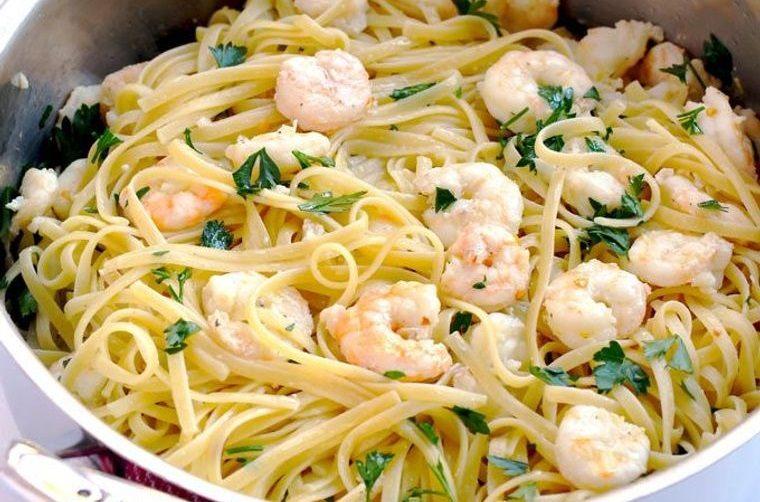 cena san valentín delicioso linguini camarones