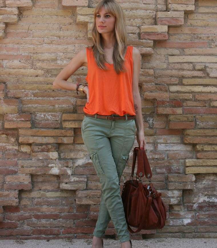 color naranja con pantalon verde
