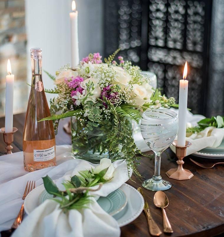 decoración romántica flores en mesa