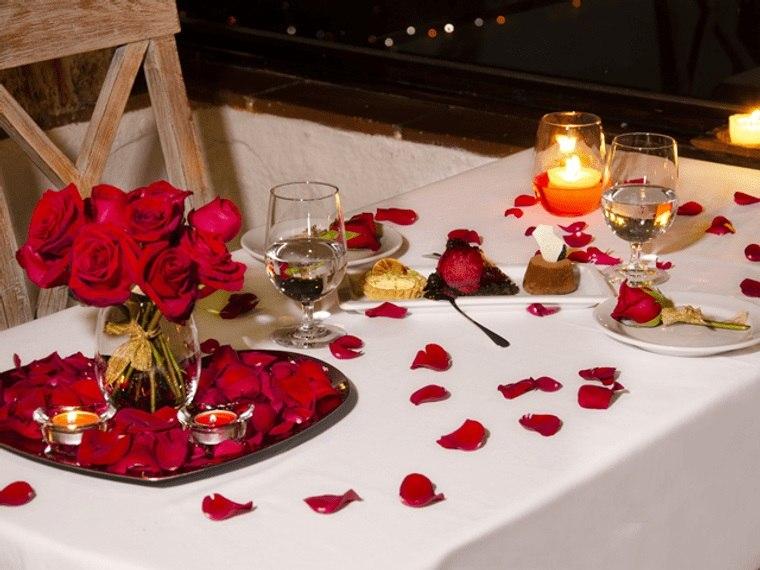 decoración romántica petalos esparcidos