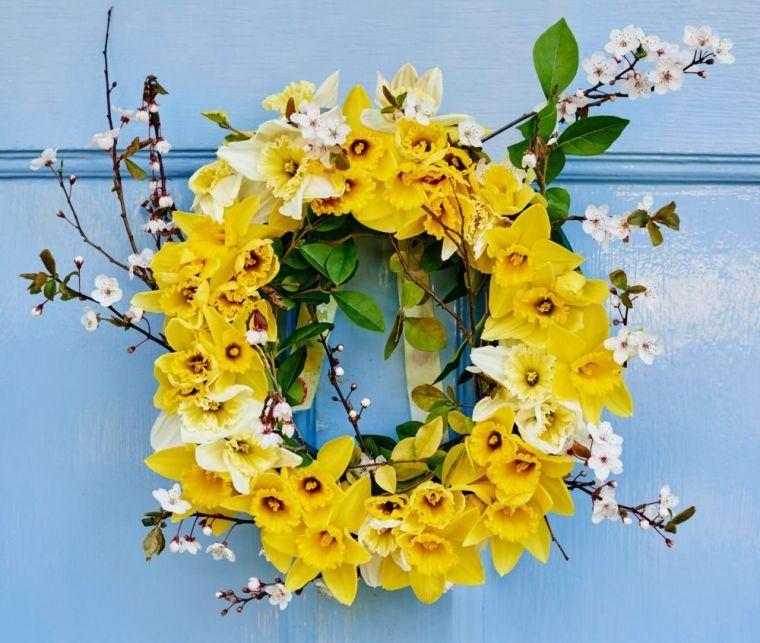 ideas para decorar corona narcisos