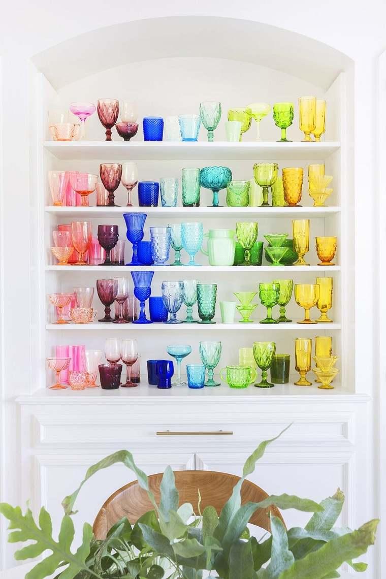 usar-vajilla-copas-colores-decoracion