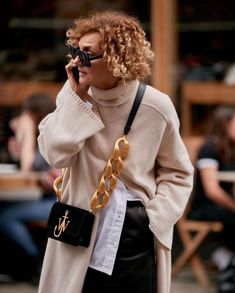 Cortes de pelo para mujeres de 50 años-cabello-rizado