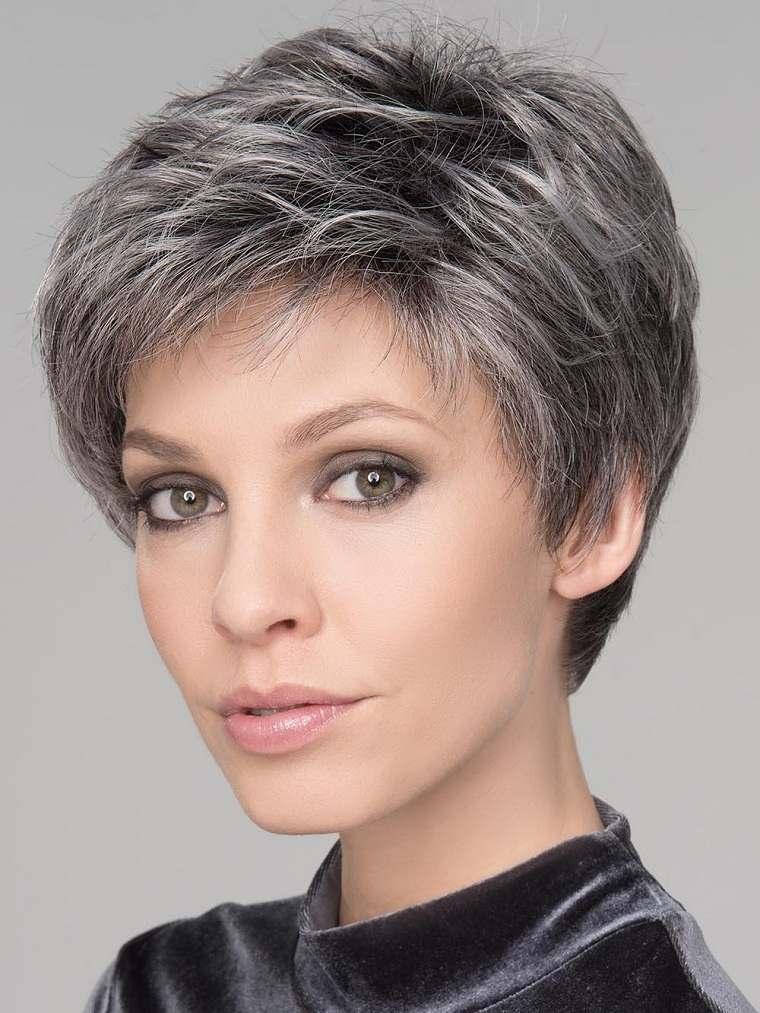 Mechas grises en cabello oscuro-corte-pixie