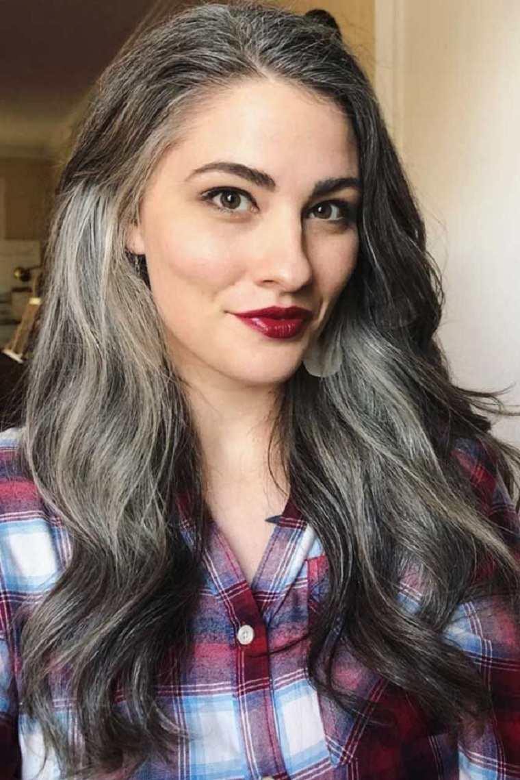 Mechas-grises-en-cabello-oscuro-mujer