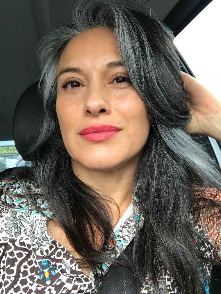 Mechas-grises-en-cabello-oscuro-opciones