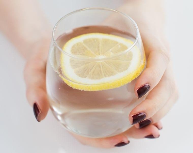 beneficios de beber agua con limon diuretico