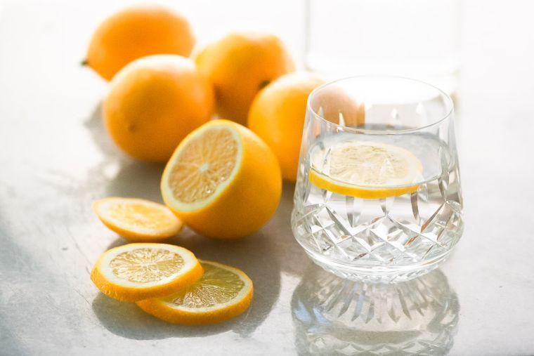 beneficios de beber agua con limon elimina toxinas