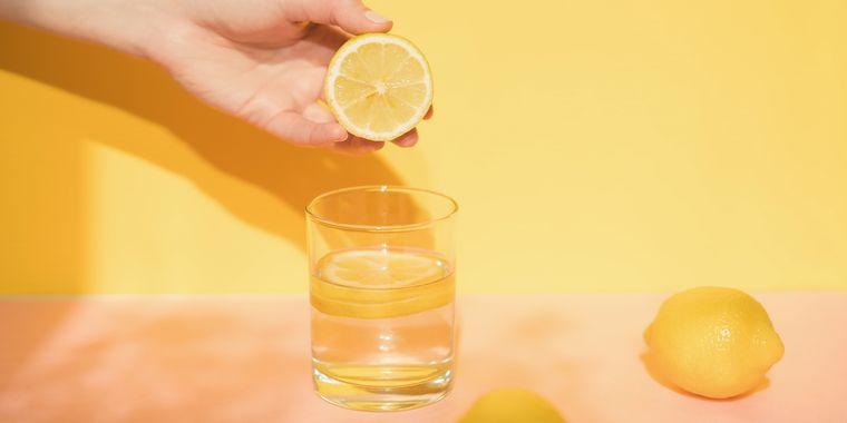 beneficios de beber agua con limon en las mañanas
