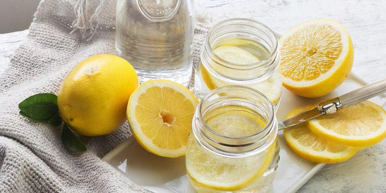 beneficios de beber agua con limon hidrata