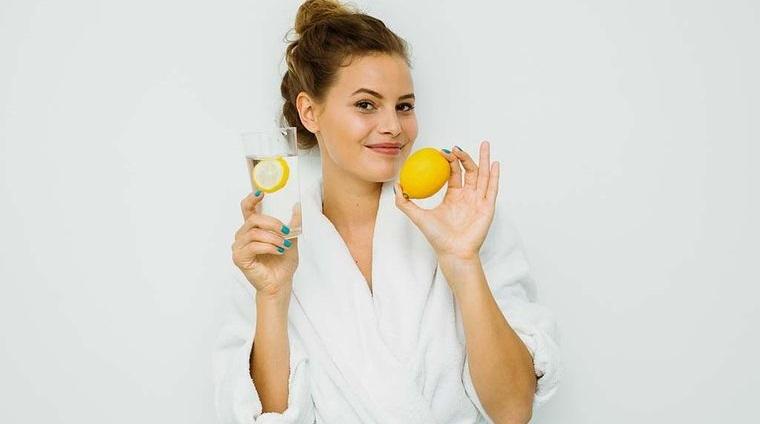 beneficios de beber agua con limon para salud