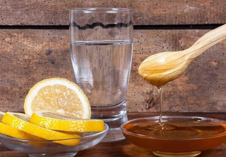 beneficios de beber agua con limon tibia